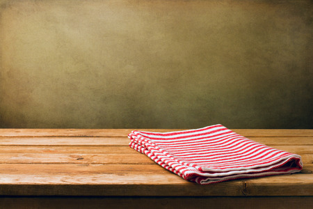 tela blanca: Fondo con el tablero de la mesa cubierta de madera y la pared del grunge