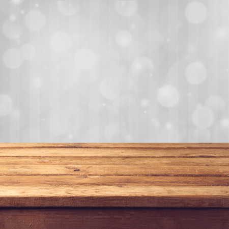 wood table: Bokeh de fondo de invierno con mesa de madera Foto de archivo