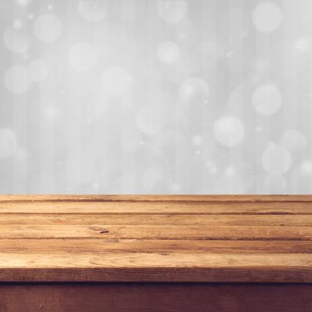tabulka: Zimní bokeh pozadí s dřevěný stůl