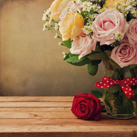 lunares rojos: Fondo con el ramo de hermosas rosas
