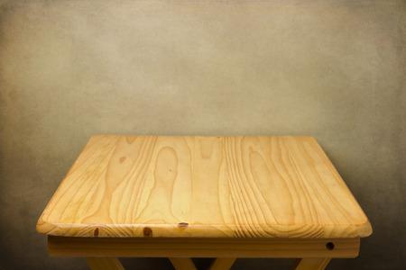 Hintergrund mit Holztisch über Grunge Wand