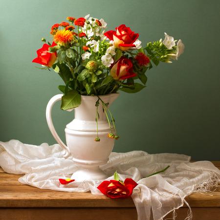 Bella bouquet di fiori con rose rosse Archivio Fotografico