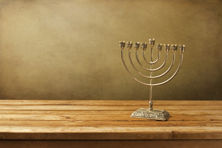 holiday symbol: Menorah sul tavolo di legno. Simbolo delle vacanze Hanukkah.