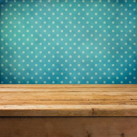 나무 데크 테이블과 빈티지 도트 무늬 벽지와 배경