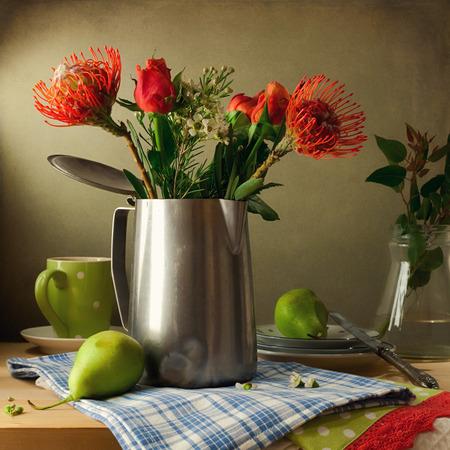 花の花束と梨のある静物 写真素材