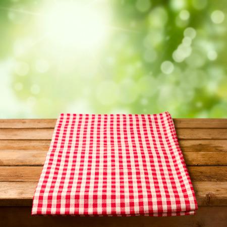 背景のボケ味をテーブル クロスで空の木製テーブル