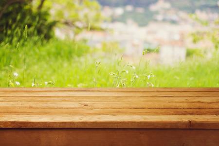 tabla de madera: Mesa de madera vac�a sobre fondo natural bokeh