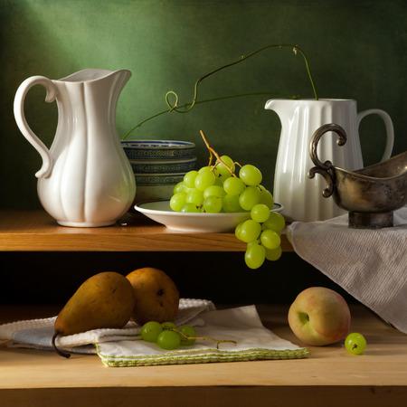 グランジ背景上の台所の棚の上の静物