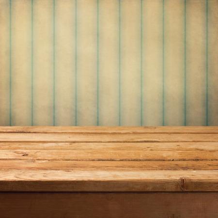 그런 지 빈티지 배경 위에 나무 갑판 테이블