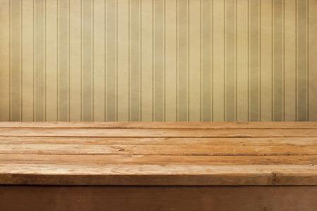 Vintage houten dek tafel over retro behang