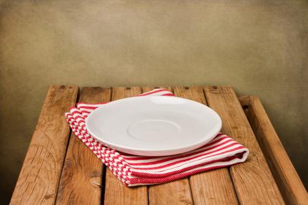 Achtergrond met lege plaat en houten tafel