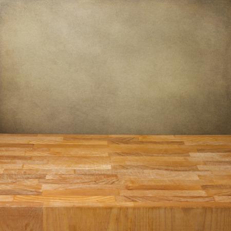mesa de madera: Fondo con la tabla de madera sobre la pared del grunge