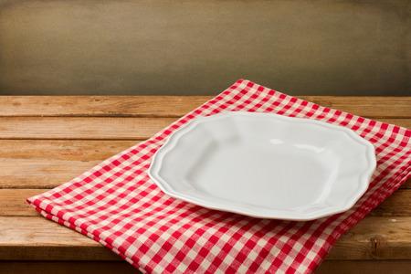 manteles: Placa blanca vacía en mantel de mesa de madera de la vendimia
