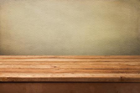 dřevěný: Vintage pozadí s prázdnou dřevěným stolem a tapety s cik-cak vzorem