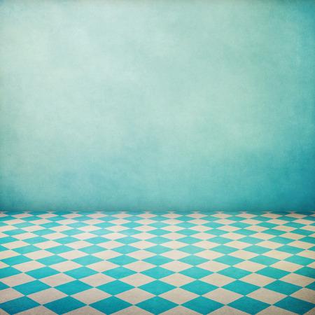 Vintage interieur grunge achtergrond met gecontroleerd vloer en blauw behang