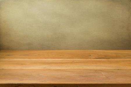 mesa de madera: Mesa de madera vacía sobre el fondo del grunge Foto de archivo