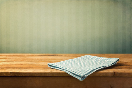 servilletas: Fondo de la vendimia con mesa de madera vacía y teablecloth