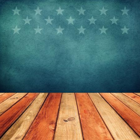 미국 국기 배경 위에 빈 나무 갑판 테이블