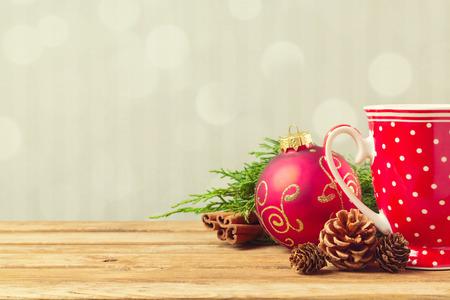 vacaciones: Fondo de vacaciones de Navidad con la taza de café, maíz pino y adornos