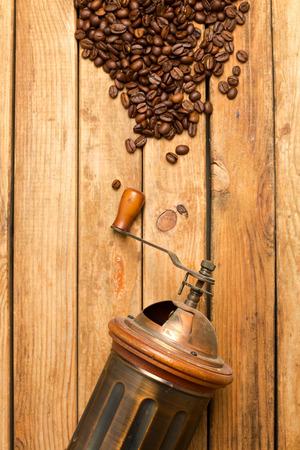 molinillo: Amoladora de la vendimia sobre fondo de madera
