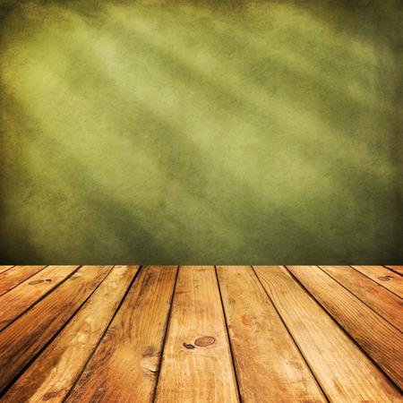 mesa de madera: Suelo de la cubierta de madera sobre fondo verde del grunge Foto de archivo
