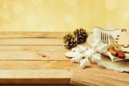 comida de navidad: Ajuste de la tabla de Navidad con plato, tenedor y cuchillo adornos de mesa de madera Foto de archivo