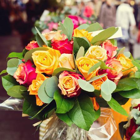 bouquet fleur: Rose bouquet de fleurs sur la rue bokeh Banque d'images