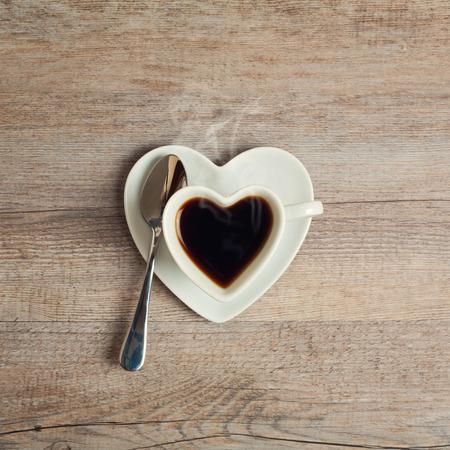 cuore: Cuore caff� forma tazza sul tavolo in legno
