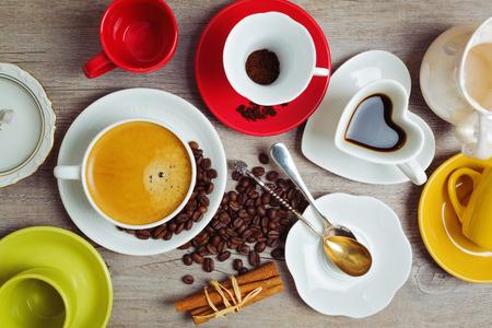 filiżanka kawy: Kubki pełne i puste na drewnianym stoliku. Widok z góry