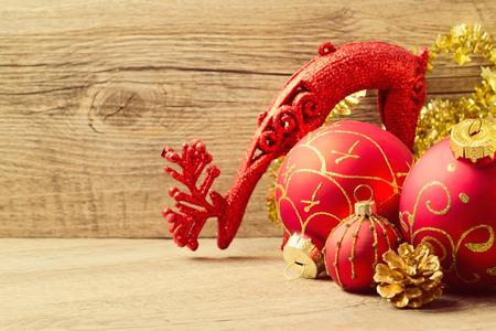 motivos navideños: Decoraciones de Navidad sobre fondo de madera