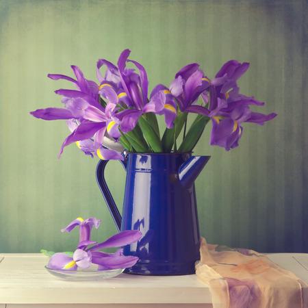 bouquet fleur: Iris bouquet de fleurs sur fond millésime Banque d'images