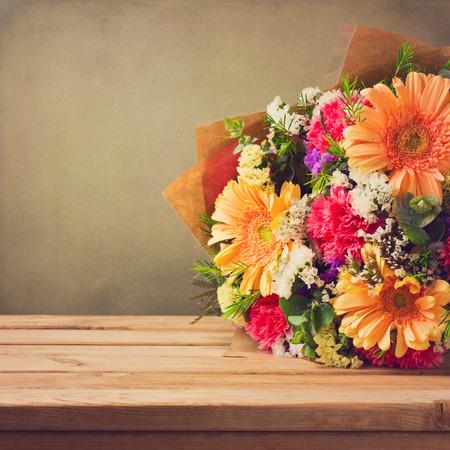 bouquet fleur: Bouquet de fleurs sur la table en bois sur le fond grunge