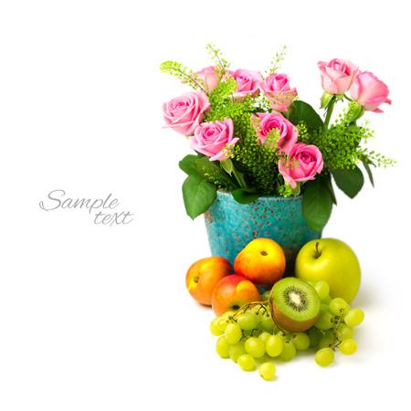 bouquet fleur: Rose bouquet de fleurs et de fruits sur fond blanc