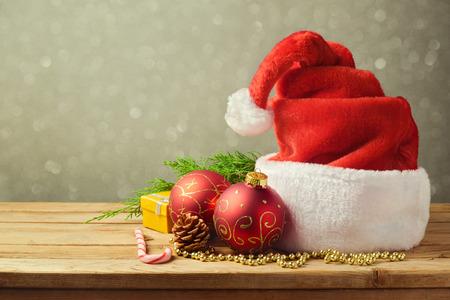 木製のテーブルのクリスマスの装飾とサンタ帽子