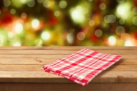 tabulka: Vánoční prázdný dřevěný stůl s ubrusem pro zobrazení výrobku montáže Reklamní fotografie