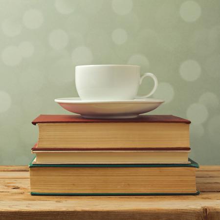 libros antiguos: Taza de café en los libros viejos