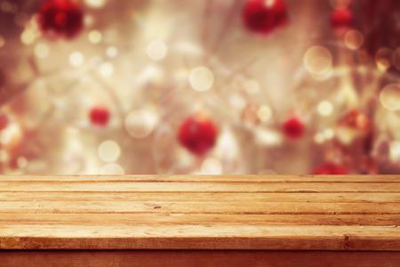 natale: Background vacanze di Natale con vuoto tavolo piattaforma di legno sul bokeh inverno