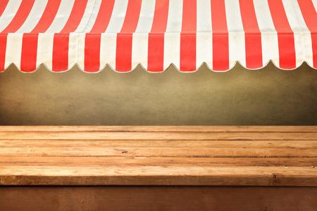 Lege houten teller met awing