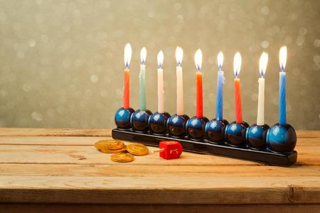 ユダヤ人の祝日のハヌカのろうそくの背景