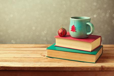 Vánoční šálek čaje a míček na Vintage Books Reklamní fotografie