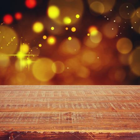 クリスマス休日背景表示モンタージュの木製のテーブルを空に