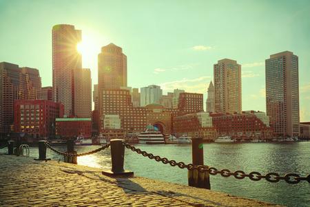 보스턴 하버 및 금융 지구 석양입니다. 보스턴 - 매사추세츠, 미국. 레트로 필터 효과.