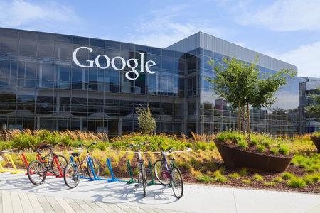 규소: 산 전경, CA  미국 - 2014년 7월 14일 : 구글 본사 건물의 외관보기. 구글은 인터넷 관련 서비스와 제품을 전문으로 미국의 다국적 기업입니다 에디토리얼