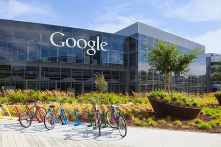 MOUNTAIN VIEW, CAUSA - July 14, 2014: Exterior view of a Google headquarters building. Google is an American multinational corporation specializing in Internet-related services and products 新聞圖片