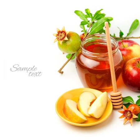 Honig und Äpfeln mit Granatapfel auf weißem Hintergrund