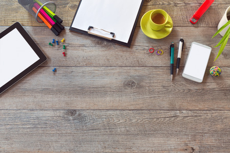 articulos oficina: Escritorio de oficina maqueta plantilla con la tableta, tel�fono inteligente y una taza de caf�. Vista desde arriba, con copia espacio
