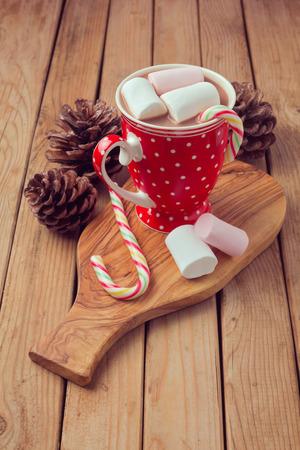 lunares rojos: Chocolate caliente y malvaviscos en rojo lunares taza