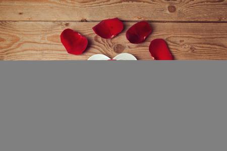 silhouette fleur: Pétales de rose et de fleurs en forme de coeur tasse de café sur la table en bois