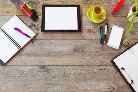 articulos oficina: Escritorio de oficina maqueta plantilla con mesa, tel�fono inteligente, port�til y taza de caf� Foto de archivo
