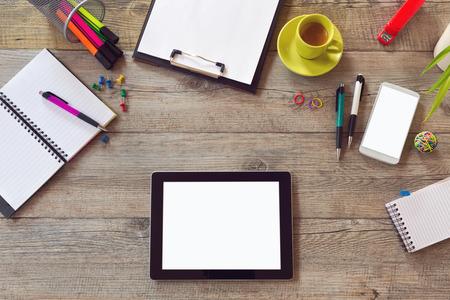 オフィス デスク テーブル、スマート フォン、ノートブック、コーヒーのカップを持つテンプレートを模擬。コピー スペースを上から表示します。 写真素材
